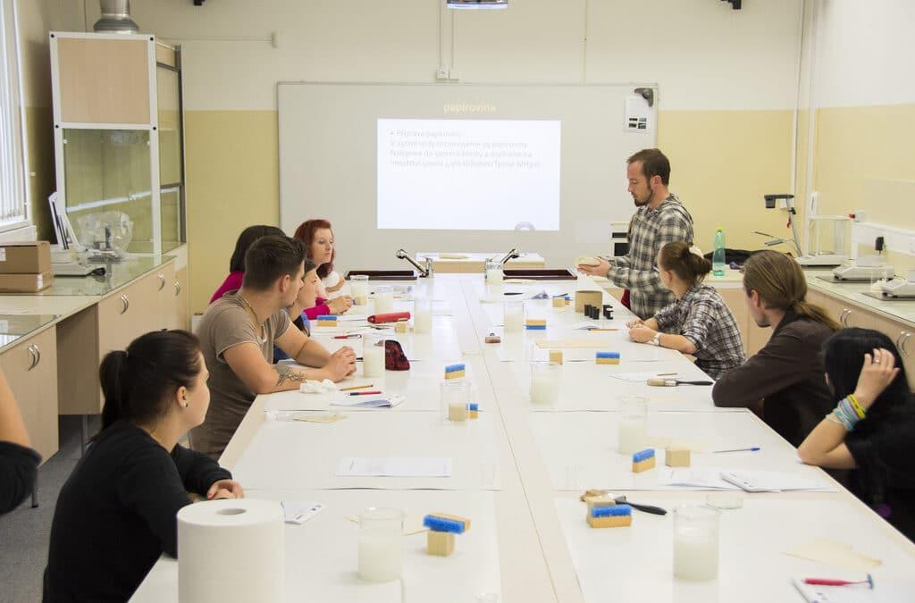 Workshop zaměřený na ruční výrobu papíru