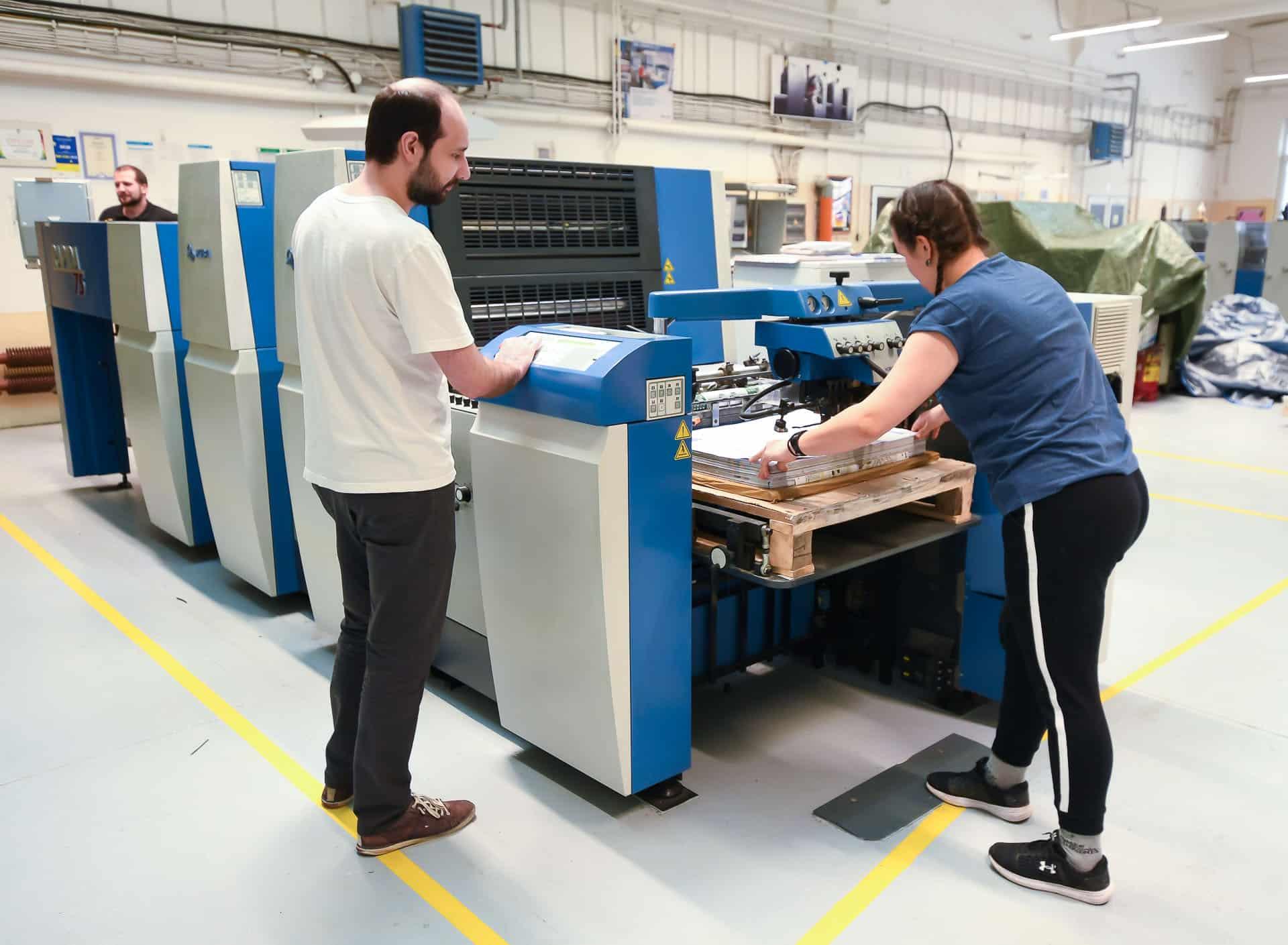 Nakládání papíru do tiskového stroje